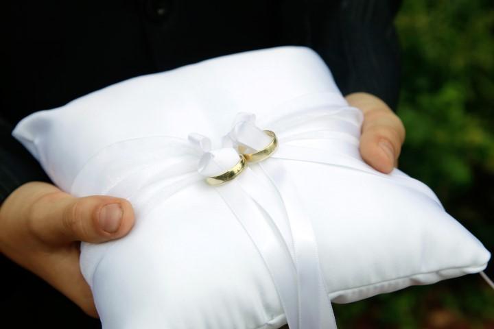 Ringkissen Ein Zauberhaftes Accessoire Zur Trauung Braut Org