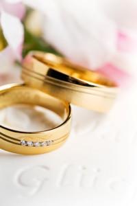Goldene Eheringe mit fünf Steinen