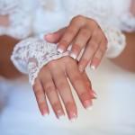 Handschuhe aus Spitze und Perlen