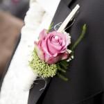 Hochzeitsanzug mit rosa Ansteckblume