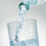 Frisches Wasser in gekühltem Glas