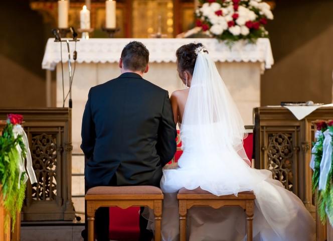 Paar zur kirchlichen Trauung