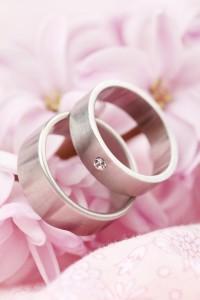 Silberne Eheringe mit einem Stein