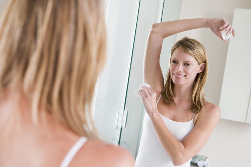 Frau benutzt Deodorant