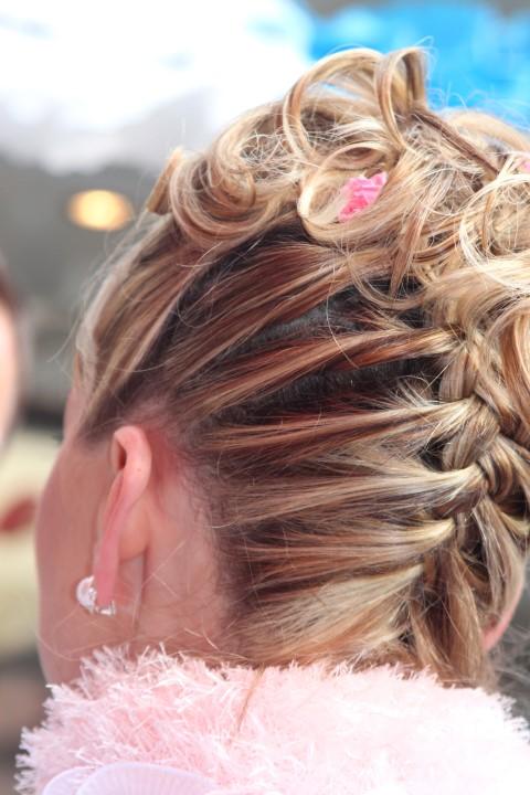 Geflochtene Hochsteckfrisur für die Braut